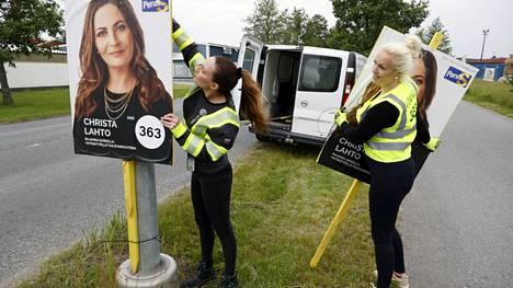 Christa Lahto (ps) keräsi siskonsa Gitte Lahton kanssa vaalimainoksia katujen varsilta maanantaina.