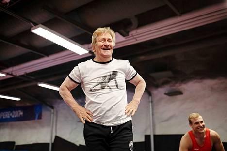 Hyväkuntoinen Pertti Ukkola täytti 70 vuotta 10. elokuuta. Painitreeneissä hän opasti Kooveen painijaa Roni Purolaista.