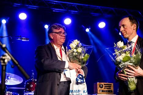Timo Soini (vas.) toimi pitkään politiikassa. Hän on muun muassa toiminut europarlamentaarikkona vuodet 2009–2011. Perussuomalaisten puheenjohtajana Timo Soini toimi vuodesta 1997 vuoteen 2017. Vuonna 2017 Jussi Halla-Aho (oik.) voitti Sampo Terhon persussuomalaisten puheenjohtajakisassa.
