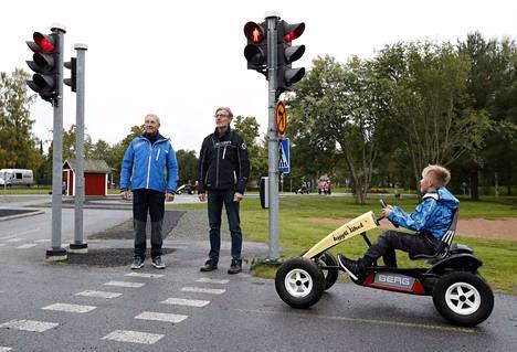 Porin liikenneopiston liikenneopettajat Timo ja Seppo Tuumi odottavat valojen vaihtumista. Aarokin malttoi noudattaa liikennevaloja, kuten pitää.