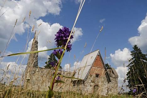 Suomessa on noussut esille vahva toive saada esi-isien jäänteet takaisin kotimaahan omien seurakuntien kirkkomaihin. Kuva Pälkäneen rauniokirkolta on heinäkuulta 2019.