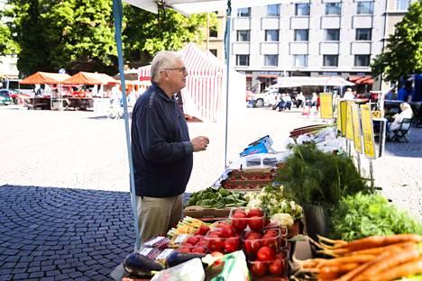 Lasse Lehtinen on pitkän linjan ruokaharrastaja. Hän uskoo kohtuullisuuteen ja kauden herkkuihin, joita hän ostaa usein torilta. Kotikeittiössä hän yrittää noudattaa ammattilaisten oppeja.