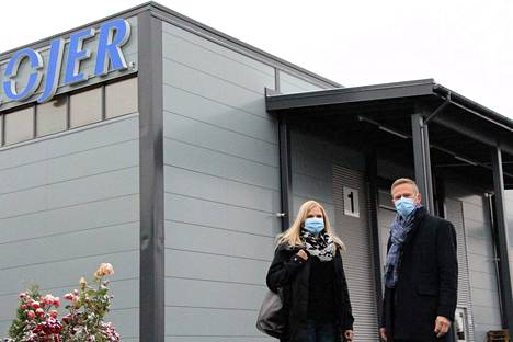 Tehdaspäällikkö Anne Savolainen ja Lojerin toimitusjohtaja Ville Laine sanovat tehdaslaajennuksen muokanneen uusiksi koko tehtaan logistiikkaa. Maskit kertovat siitä, että laajennusinvestointi vietiin läpi haastavassa tilanteessa.