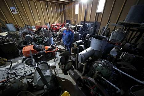 Ari Palomäen kokoelmassa on yhteensä yli sata maamoottoria. Osa on jo yli satavuotiaita.