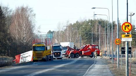 Naiskuljettaja kuoli kahden kuorma-auton ja henkilöauton yhteentörmäyksessä valtatie 11:llä Porissa helmikuussa 2020.