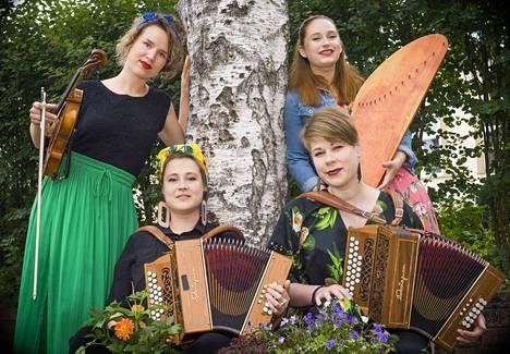 Iida Savolainen, Leija Lautamaja, Maija Pokela ja Miia Palomäki säveltävät, sovittavat ja soittavat yhdessä Enkel-kansanmusiikkiyhtyeessä, joka syntyi spontaanien jamien pohjalta.