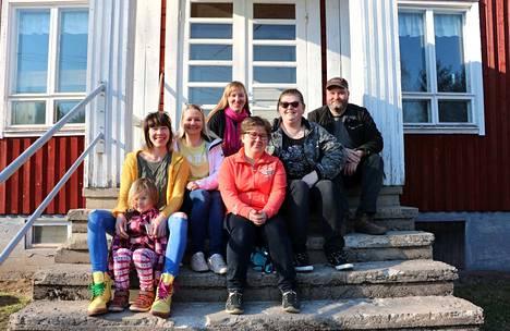 Kuvassa on Vähikkälän kyläyhdistyksen Suvi Pesonen (vas.), Minna Mäenpää, Satu Anttila, Kaisa Virtanen, Katri Koskinen ja Tomi Lehtonen.