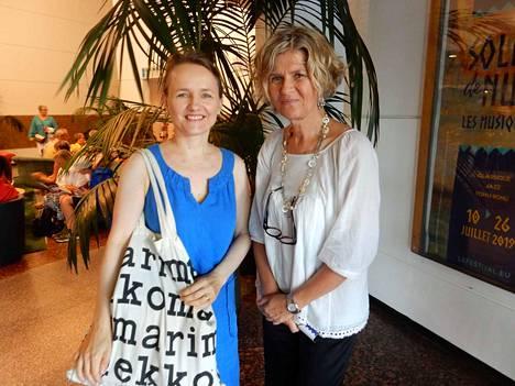 Sellisti Pia Segerstam (vas.) ja tekstiilisuunnittelija Jaana Reinikainen kantavat ylpeästi suomalaisuutta mukanaan maailmalla asuessaan.