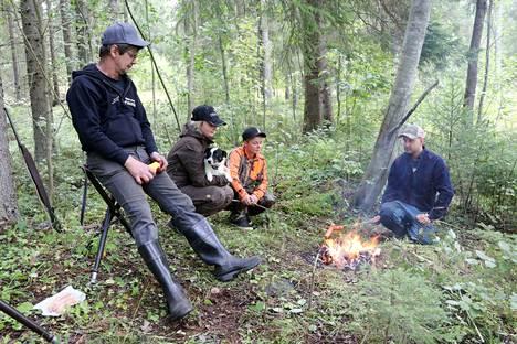 Tässä perheessä on monta metsästäjäsukupolvea. Isä Jari Raiskio (vas.), tyttäret Maria Lammentausta ja Maarit Raiskio sekä vävy Jaakko Lammentausta osaavat nauttia yhdessäolosta.