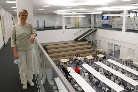 Virtain yhtenäiskoulun rehtori Katri Rantala koulun sydämessä eli kohtaamispaikkana toimivassa keskusaulassa.