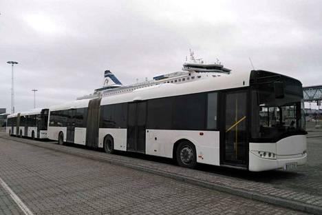 Tällaisilta Ruotsista Tampereelle hankitut kaksi nivelbussia näyttivät pari vuotta sitten, kun ne oli hankittu Arlandan lentokentältä. Sittemmin ne ovat saaneet kylkiinsä TKL:n tutun sinisen värin.