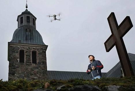 Janne Arola ottaa näyttäviä maisemakuvia dronensa avulla. Erityisen paljon hän on ottanut kuvia kirkoista, kuten esimerkiksi Huittisten kirkosta.