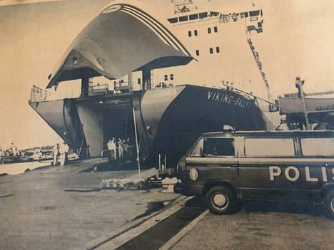 """Kun Viking Sally saapui Turun satamaan verityön jälkeen, alkoi valtava poliisioperaatio. Sitä kuvailtiin Suomen """"tähän asti massiivisimmaksi""""."""
