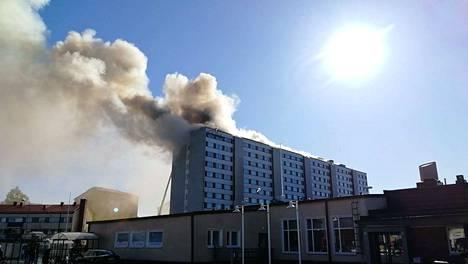 Tältä tulipalo näytti kello 18 keskiviikkoiltana.