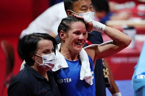 Mira Potkonen ja hänen valmentajansa Maarit Teuronen (vas.) kuvattiin Tokiossa sen jälkeen, kun Potkonen oli voittanut Turkin Esra Yildizin välierässä.