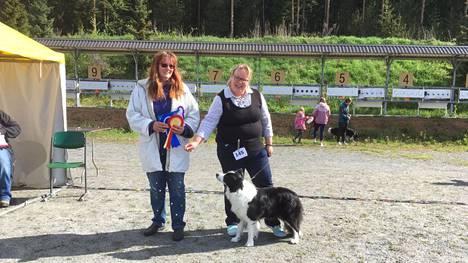 Koiranäyttelyn tunnelmissa tuomari Tanya Ahlman-Stockmari ja koiran kanssa Riikka Salmijärvi.