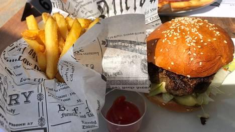 Hämeenkyrön Stellan lounaslistalla oli viime viikolla muun muassa hampurilaista ja parmankinkkupizzaa.