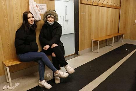 Reput olivat tällä penkillä, kertovat Venla Sivonen (vas.) ja Katariina Sulkava Sorsapuiston pukukopissa.