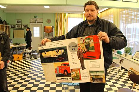 Timo Nieminen esittelee keräilyharvinaisuuttaan: Diamond T kuorma-auton esitettä. Raskaan kaluston esitekatselmus järjestettiin Tyrväänkylän kahvilassa lauantaina.