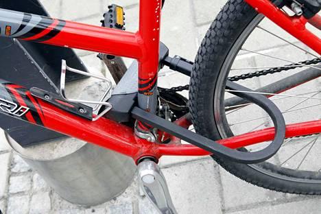 Satunnaisesti rikospaikalle jätetään pyörän eturengas tai joku muu osa, josta pyörä on ollut lukolla kiinnitettynä pyörätelineeseen.