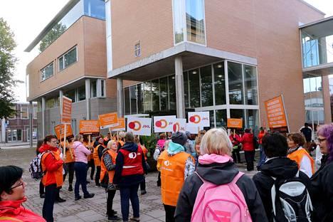 Julkisten ja hyvinvointialojen liitto JHL ry:n Rauman osasto 130:n mielenosoitus kaupungin ruokahuollon ja puhtauspalvelujen ulkoistamista ja yksityistämistä vastaan ma 30.9. 2019