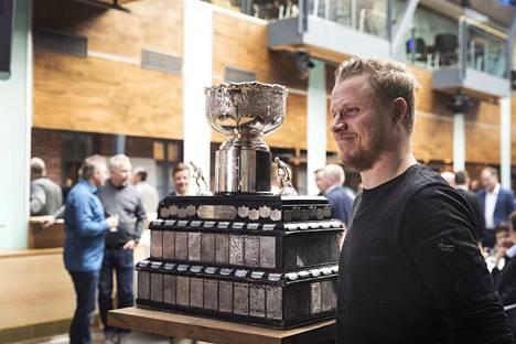 Kanada-maljan kohtalo selviää tällä viikolla. Saako Kärppien Lassen Kukkonen hymyillä Pojan kanssa myös tänä keväänä? Maanantain pelin voittaja astuu aimo askeleen mestaruutta kohti.