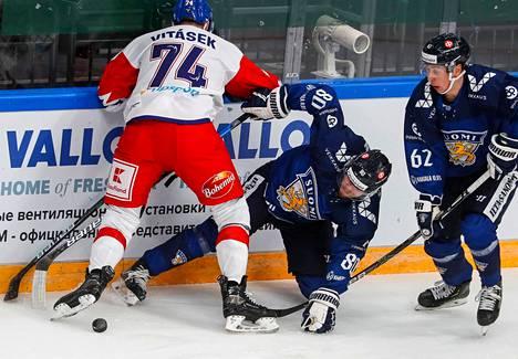 Leijonien Robert Leino (oik.) ja Teemu Turunen kamppailevat iltapäivän kamppailussa Tshekkiä vastaan.