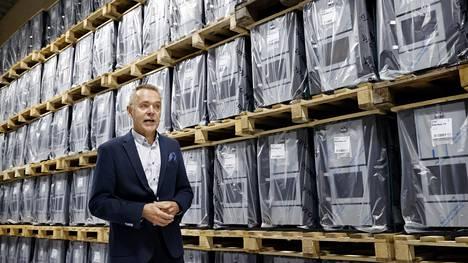 Toimitusjohtaja Arto Sainio on tyytyväinen, kun tehdas on taas käynnissä oman katon alla.