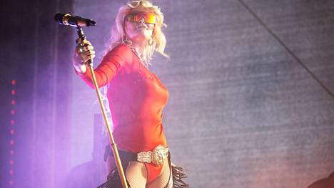 Erika Vikman esiintyi Helsingissä Allas Sea Poolilla. Pirkanmaalaiset voivat nähdä hänen show'nsa seuraavaksi Valkeakoskella Työväen Musiikkitapahtuman kesäkonserteissa.