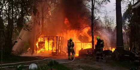 Kesämökin saunarakennus tuhoutui tulipalossa aamuyöllä Nokialla.