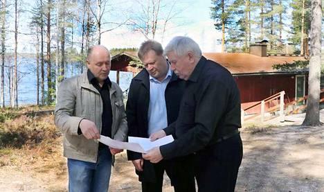 Kihniön valtuuston puheenjohtaja Petteri Wiinamäki (vas.), kunnanjohtaja Petri Liukku ja yrittäjä Markku Mäkinen suunnittelivat Pyhäniemeen uutta, kun seurakunnan leirikeskus tuli kunnalle.