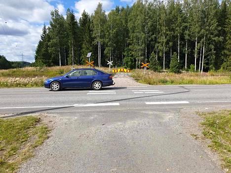 Nyt vain varovasti! Lotilan lenkki tulee järveltä päin tähän tienylitykseen Varsanhännän puolelle. Suojatien merkit on viety pois, ja katumaalaus on lähes kokonaan kulunut pois. Tienylitys jää nyt kävelijöiden omalle vastuulle.