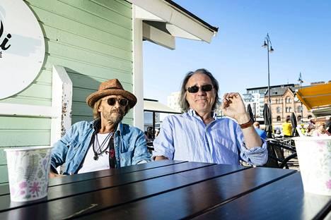 Kiinnitykset tamperelaisiin kesäteattereihin toivat pitkään toisensa tunteneet näyttelijät Ilkka Heiskasen (vas.) ja Tom Lindholmin samaan kaupunkiin. Näyttelijät tutustuivat vuonna 1985 Vaasan kaupunginteatterissa.