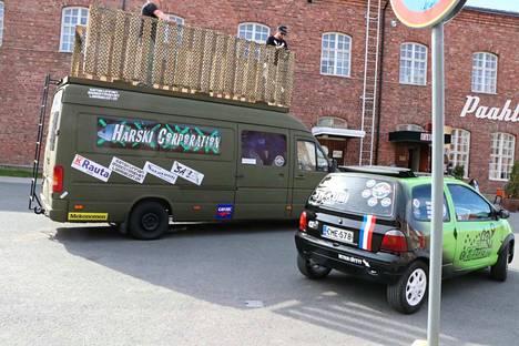 Porista kohti Hyvinkäätä lähti perjantaina yksissä tuumin kaksi autokuntaa. Toisen nimi on Härski Corporation ja toisen Team Ei Paskempi.