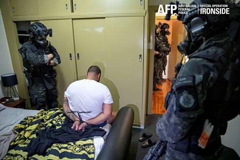 Australian liittovaltion poliisin välittämä valokuva eräästä tiistain Anom-palveluun liittyneestä pidätystilanteesta.