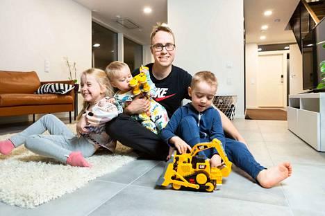Isä on kaikki kaikessa Lotalle, Topiakselle ja Matiakselle. Jonne Lindgren piti lapset ykkösenä myös kovan uurastusvaiheen aikana.