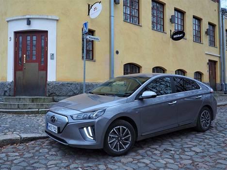 Hyundai Ioniqin täyssähköversio ei ulkoa juuri eroa mallin hybridivaihtoehdoista. Kaikille versioille saa seitsemän vuoden takuun ilman kilometrirajaa. Akkutakuu kestää kahdeksan vuotta.