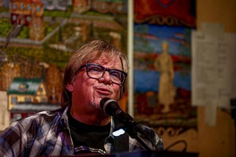 Mikko Alatalo esitti ikivihreitä Aamulehden tilaajille. Konsertti lähetettiin suorana Pispalan Kujakollista.