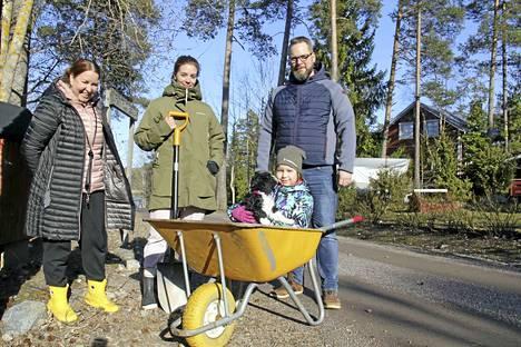 Tiina Lehtovirta, Saara Kesälä, Alma-koira, Maija Lehtovirta ja Juha Huttunen vaihtavat usein ajatuksia lapiotöiden merkeissä.