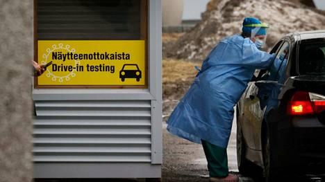Arkistokuva koronan drive in -testauksesta Raumalta.