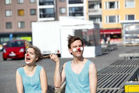 Näyttelijäopiskelijat Anna Böhm Tampereen Nätyltä ja Anssi Niemi Teatterikorkeakoulusta Helsingistä pääsivät vertailemaan koulujaan. He kohtaavat nyt yhteisessä esityksessä Tampereella.