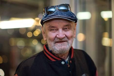 Tunnistettava nauru, puhetapa ja tuttu virnistys. Jukka Virtanen oli tuttu kaikille suomalaisille.