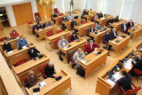 Mänttä-Vilppulan kaupunginvaltuusto kokoontui maanantaina 13.9. valtuustosaliin pitkän koronatauon jälkeen päättämään työllisyys- ja kasvupalvelujen palveluohjaajan virasta. Valtuutetut järjestäytyivät ennen kokousta uusille istumapaikoilleen.