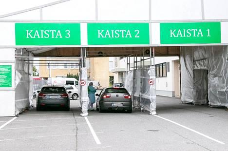 Lääkärikeskus Mehiläisen drive in -koronatestaus palvelee Porissa tällä hetkellä kuutena päivänä viikossa. Testattavia on usein jonoksi asti. Vuorossa on päivän viimeisiä testattavia.