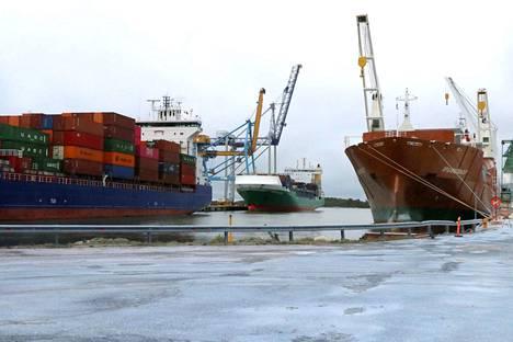 Rauman satama säilytti asemansa. Muut tavaralajit korvasivat vähentynyttä paperin ja kartongin vientiliikennettä.