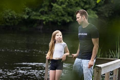 Amanda Tuomi kohtasi pelastajansa Jaakko Laisin uudestaan uimapaikalla päivää hurjan uintireissun jälkeen. Sanat olivat vähissä, mutta katsekin kertoo jotakin.
