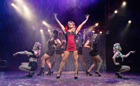 Lola (Lauri Mikkola keskellä) enkeleineen vastaa musikaalin kovimmista meiningeistä.