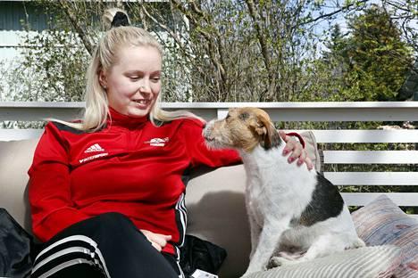 Pesäkarhujen lukkari Noora Matikka on myös koiraihminen.