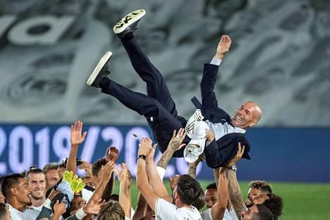 Real Madridin jalkapalloilijat osoittivat suosiotaan ranskalaisvalmentajalleen Zinedine Zidanelle ratkaisevan Villareal-voiton jälkeen.