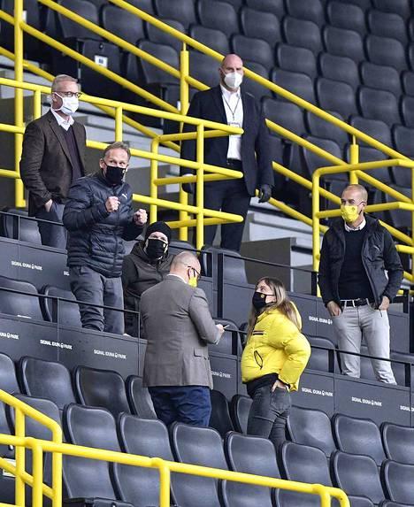 Borussia Dortmundin johtokunta pääsi stadionille seuraamaan peliä. He tuulettivat toimitusjohtaja Hans-Joachim Watzken (keskellä nyrkit pystyssä) johdolla voittoa.